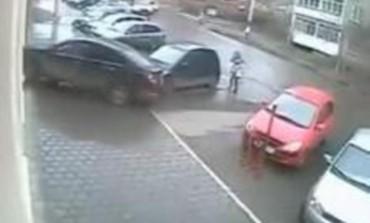 Pogledajte kako je djevojka za čas razbila automobil