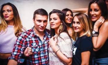 """Milica Pavlović diplomu """"zalila"""" sa prijateljima!"""