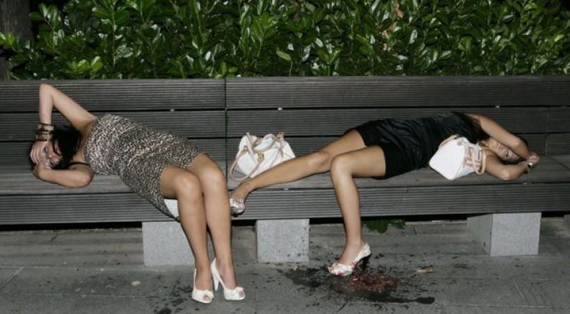 FOTKA O KOJOJ PRIČA CIJELI BALKAN: Cure su malo popile pa… odmorile na klupici