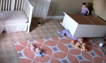 Bebe su se igrale, a onda je komoda poklopila jednog mališana. Njegov brat blizanac je učinio nemoguće! (VIDEO)