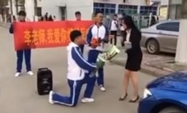 Učenik zaprosio atraktivnu profesorku: Na grub način naučio životnu lekciju! (VIDEO)