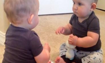 Nakon šišanja odlučila je pustiti bebu da se ogleda, a njena reakcija je urnebesna (VIDEO)