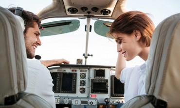 Zaprosio djevojku na bizaran način: Rekao joj je da će se avion srušiti, a onda je uslijedio preokret (VIDEO)