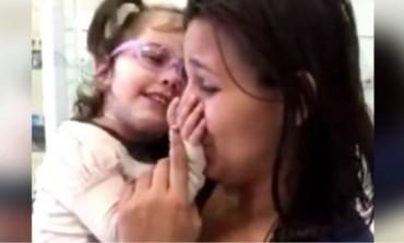 Slijepa djevojčica prvi put vidi svoju majku. Njena reakcija će vam rastopiti srce!