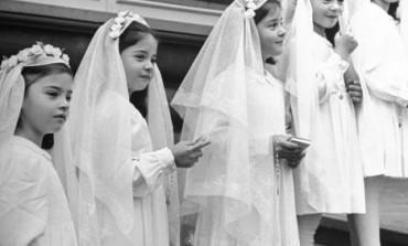 Američka vlada je natjerala ove uplakane djevojčice da svaki dan stoje ispred ograde. Kada su poslije mnogo godina TORTURE i mučenja napunile 18 godina, svijet je saznao JEZIVU istinu o njima