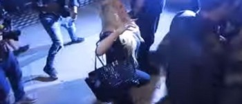 GLUMICA U CENTRU SKANDALA: Pijana se teturala ulicama, jedva ostala na nogama (VIDEO)
