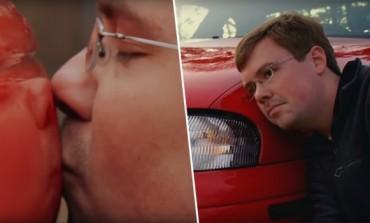 On je 6 godina u vezi sa svojim kolima i imaju redovan seks: Voli da ga ljubi po haubi, a onda legne ispod auta i trlja se o njega (VIDEO)