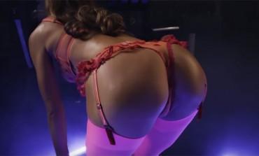 Alexis Ren nikad nije bila vrelija - Danas je DAN GUZE! (VIDEO)