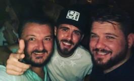 Miralem Pjanić pobjedu proslavio sa Arminom Bijedićem i našem odličnom pjevaču poklonio svoj dres Juventusa