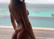 """Emily Ratajkowski objavila fotografiju u kupaćem kostimu i """"srušila"""" Instagram...."""