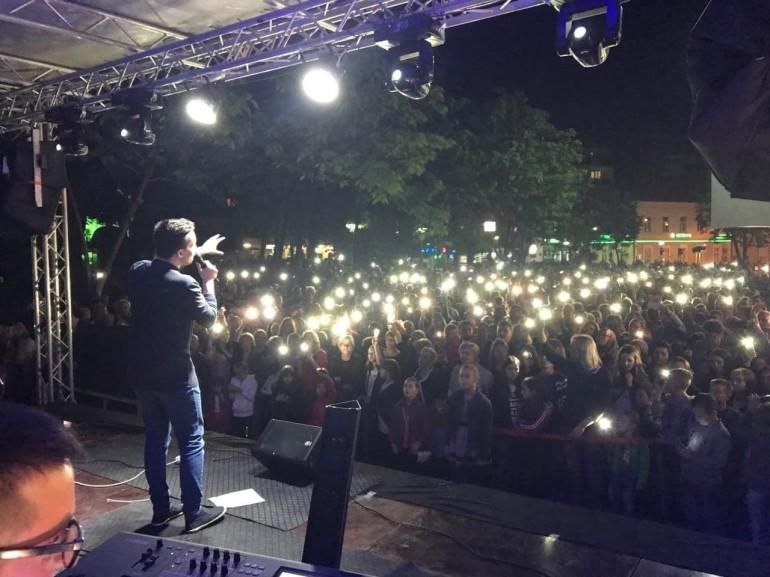 Armin Muzaferija nastavlja s odličnim koncertima – U Tešnju pjevao pred više od 3.000 posjetilaca