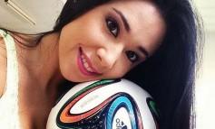 Sexy Brazilka u štiklama i miniću izvodi trikove sa loptom da joj i Messi zavidi (VIDEO)