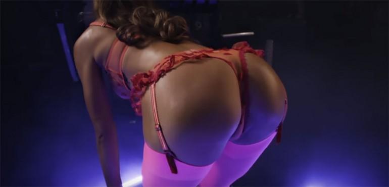 Alexis Ren nikad nije bila vrelija – Danas je DAN GUZE! (VIDEO)