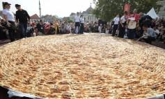 Tuzlaci za Guinnessov rekord napravili najveći burek i porciju ćevapa