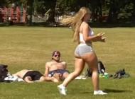 G*zata djevojka se prošetala parkom - jedan je počeo da masturbira, drugi je dobio ŠAMAR! (VIDEO)