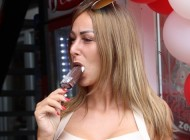 Maca pred kamerama otkrila koje seksualne usluge je pružala za novac! (VIDEO)