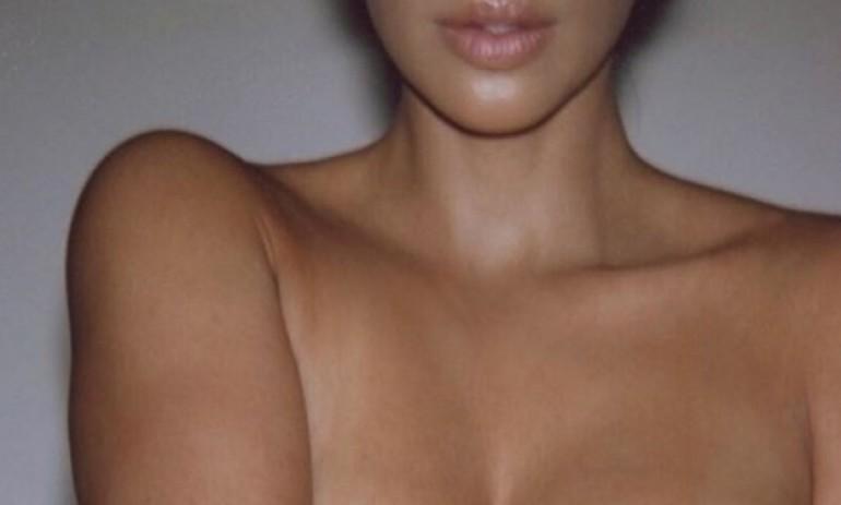 Kim Kardashian pozirala u toplesu i gurnula grudi u prvi plan na fotki
