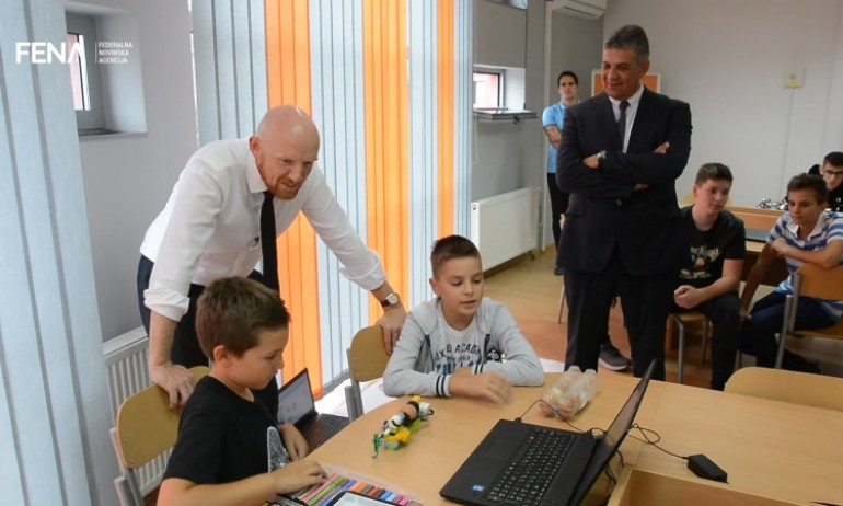 Ambasador Field posjetio tuzlansku STEM akademiju (VIDEO)
