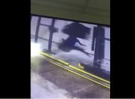 Pokušajte da se ne nasmijete - Radnik praonice u borbi sa rotirajućom četkom (VIDEO)
