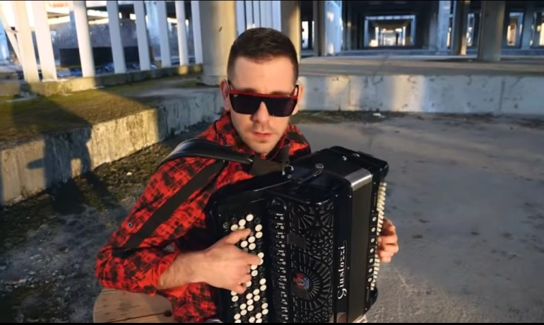 """Za Samira Nurkića ništa nije nemoguće – Poslušajte kako """"Blah Blah Blah"""" Armina van Buurena zvuči na harmonici"""