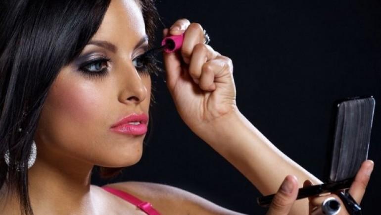 Muškarac joj je rekao da je vulgarno popravljati šminku u javnom prevozu, a onda se desilo nešto nevjerovatno (FOTO)