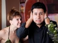 Sin je ocu stavio slušalice i pustio mu snimak golišave djevojke. Kad je njegova žena ušla u sobu nastao je haos (VIDEO)