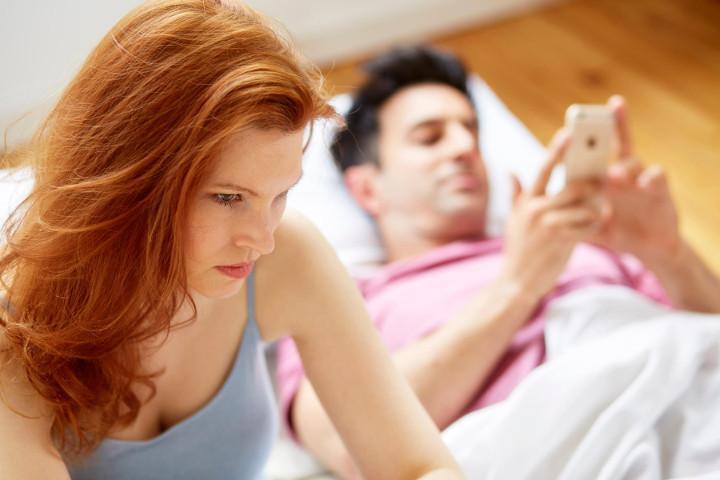 Šta da radim? Moj suprug se dopisuje sa ženom s posla i briše njene poruke