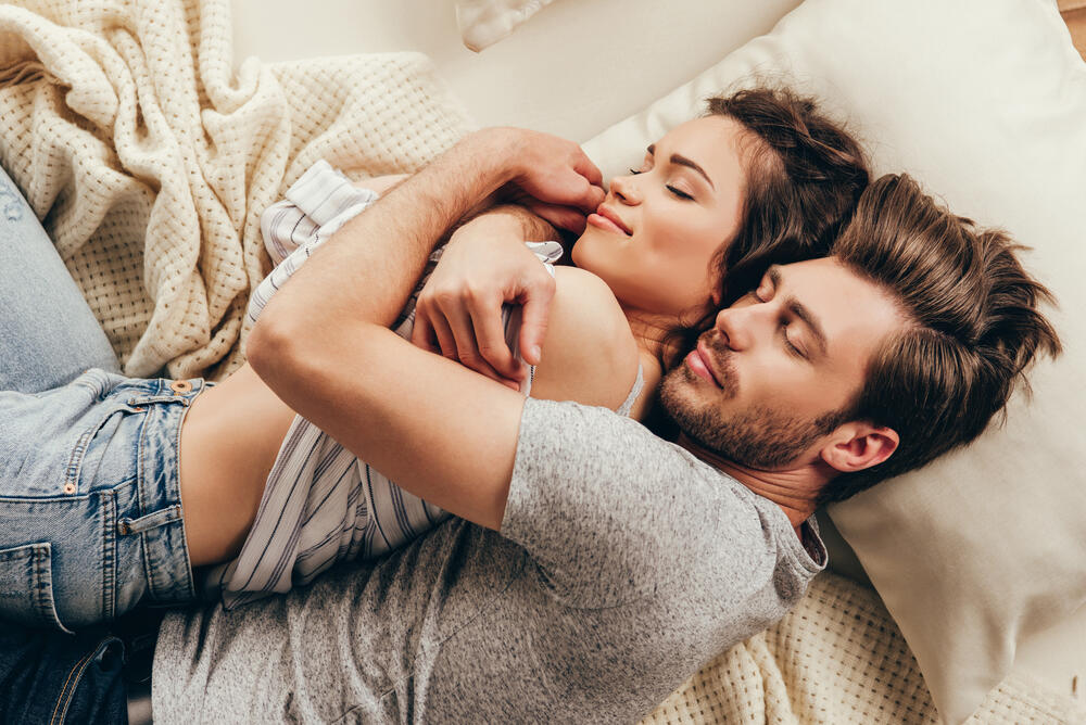 Šta sve može jedan zagrljaj: Zagrlite se s partnerom na ovaj način – blagodati su ogromne!