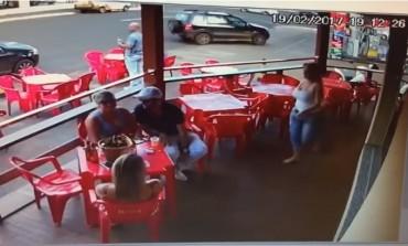 Ušla je u caffe u kojem joj je bio suprug sa ljubavnicom ... i onda je nastao lom (VIDEO)