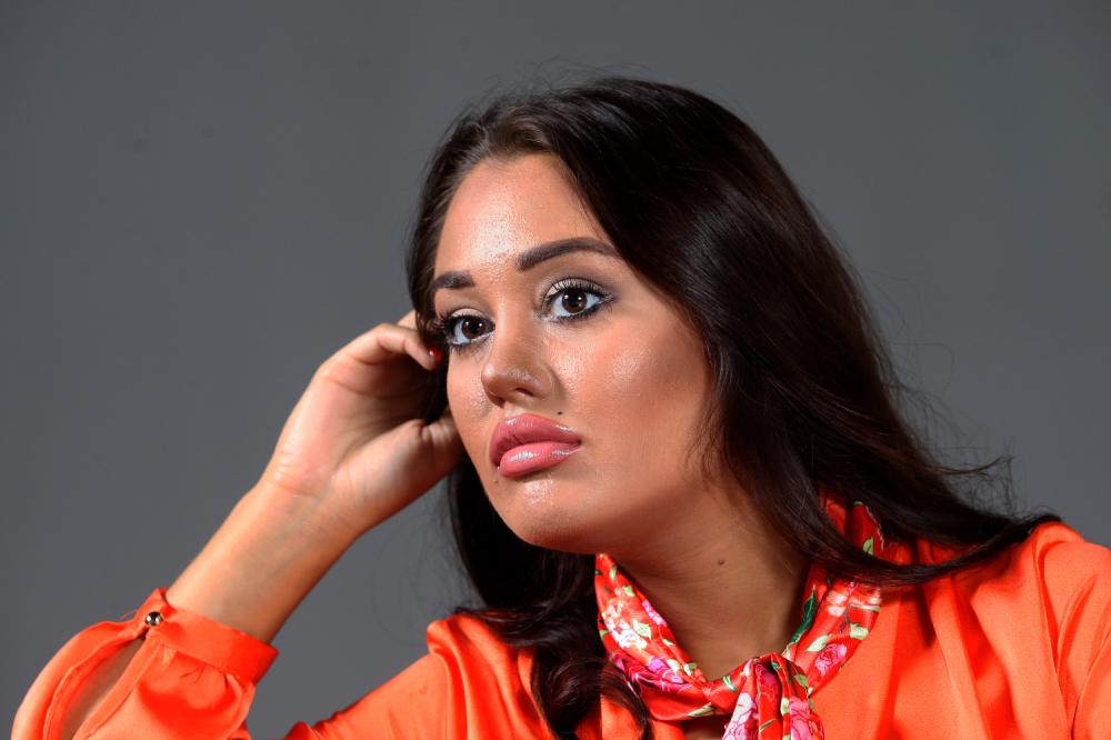 ISKOPIRALA JE OD GLAVE DO PETE! Ana Korać obukla nešto što je VEĆ VIĐENO, evo koja naša pjevačica joj je bila INSPIRACIJA! (FOTO)
