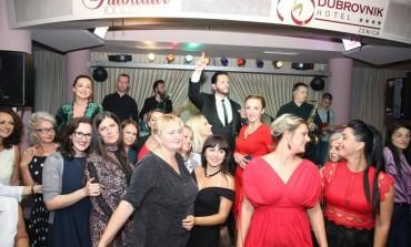 Zenica pokazala humanost: Neno Murić pjevao na donatorskoj večeri za oboljelu djecu