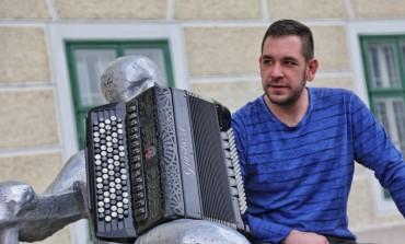Virtuoz Samir Nurkić na harmonici objasnio kako roditelji na Balkanu uspavljuju djecu
