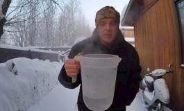 Izašao je van na -46°C pa isprobao trik s vodom, pogledajte što se dogodilo